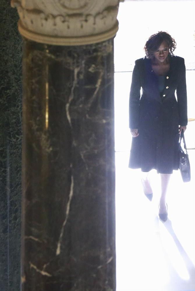 How To Get Away With Murder: l'attrice Viola Davis in una suggestiva immagine dell'episodio Hello, Raskolnikov