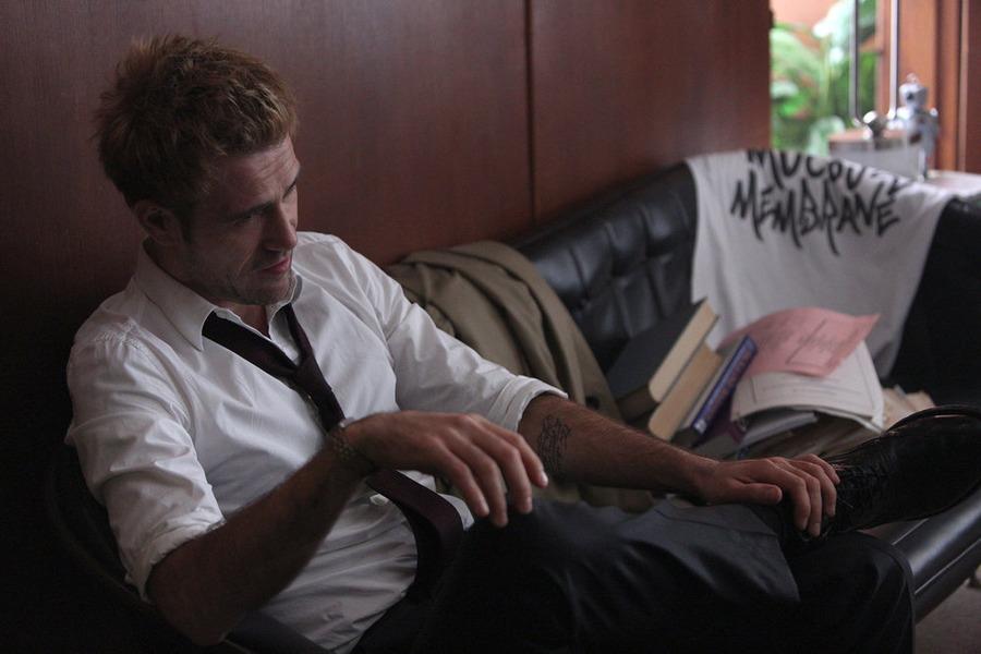 Constantine: l'attore Matt Ryan in una scena di A Whole World Out There