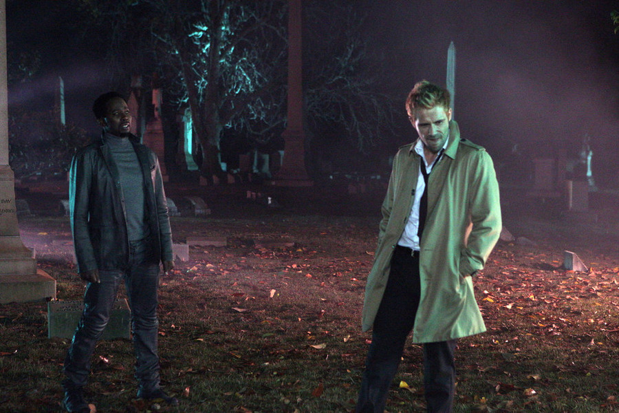 Constantine: Harold Perrineau e Matt Ryan in A Whole World Out There