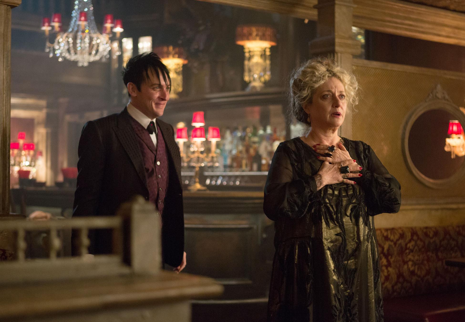 Gotham: Carol Kane e Robin Lord Taylor in una scena dell'episodio Welcome Back, Jim Gordon