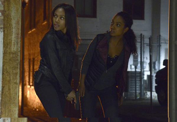 Sleepy Hollow: le attrici Nicole Beharie e Lyndie Greenwood in una scena dell'episodio Kali Yuga