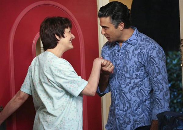 Jane the Virgin: Ivonne Coll e Jaime Camil in Chapter 11