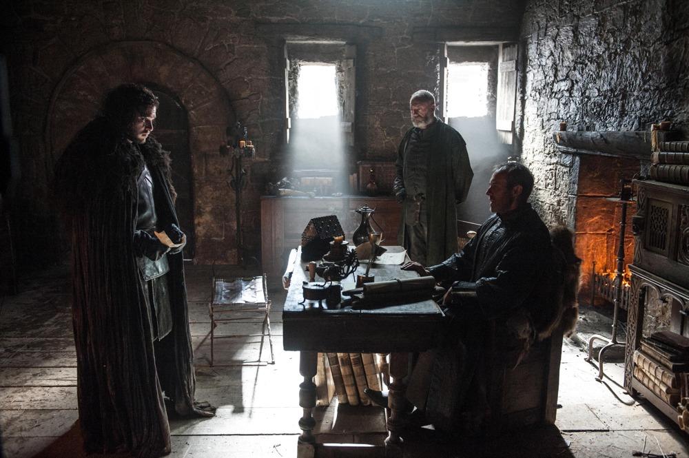 Il trono di spade: Kit Harington, Stephen Dillane e Liam Cunningham in un'immagine della quinta stagione