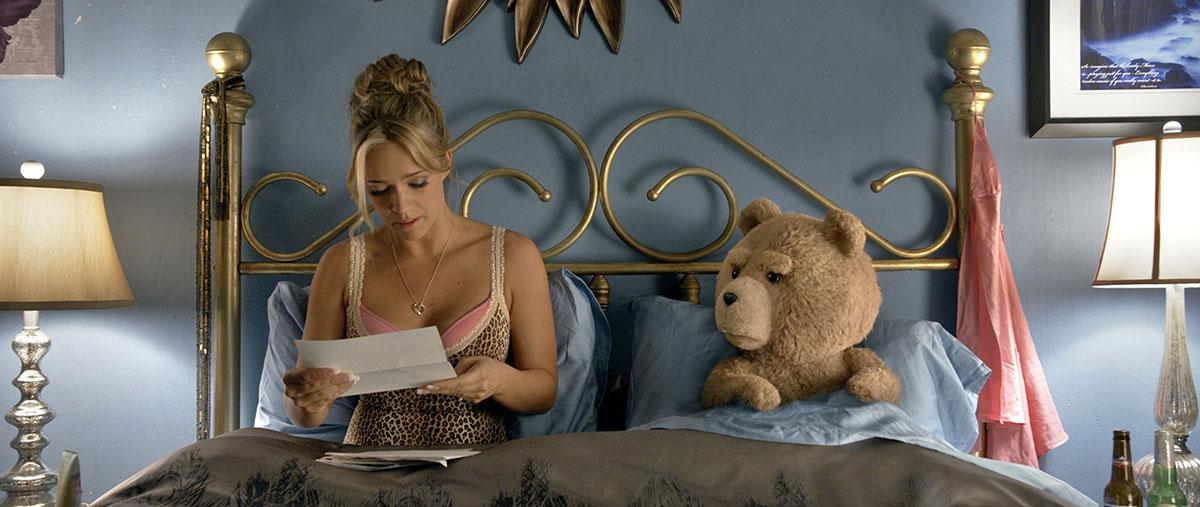 Ted 2: ted a letto con la sexy mogliettina interpretata da Jessica Barth
