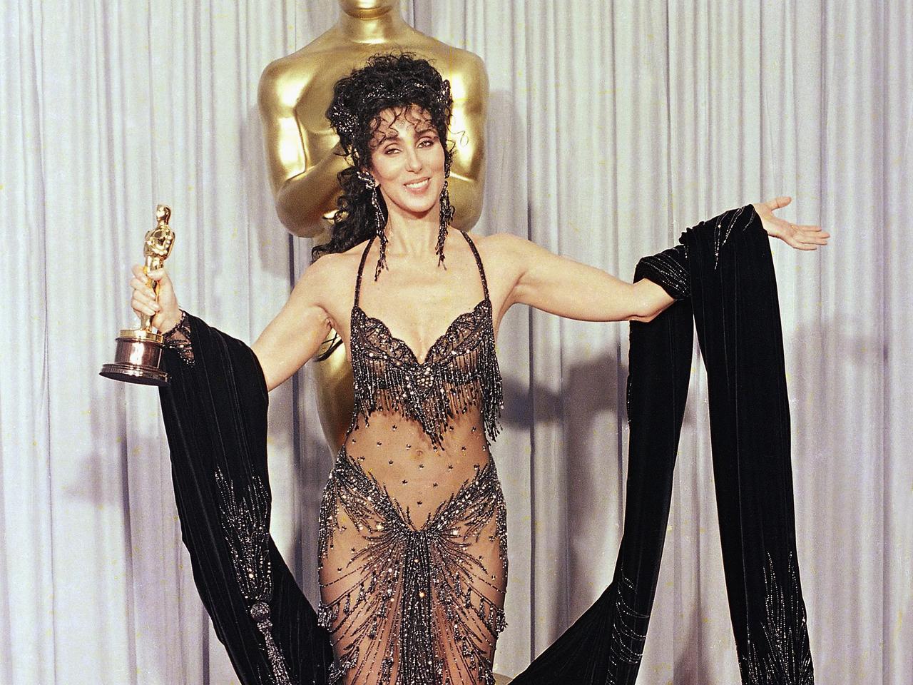 Cher con il premio Oscar vinto per Stregata dalla luna