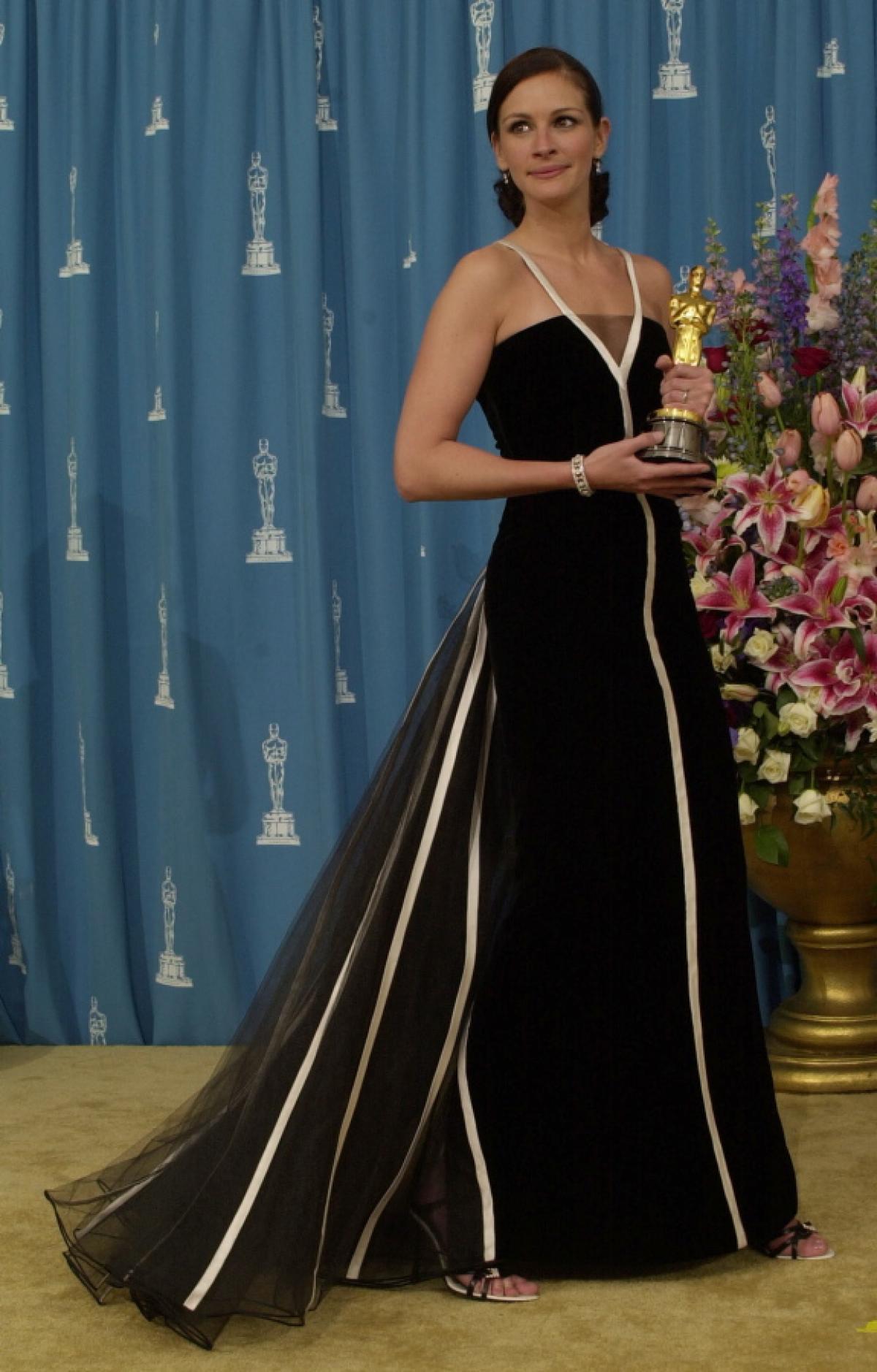 Julia Roberts elegantissima con l'Oscar per Erin Brokovich