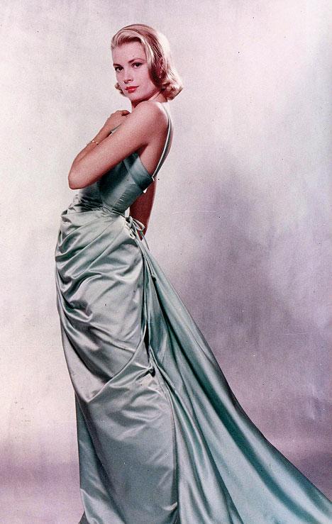 Grace Kelly fasciata dall'abito con addosso il quale ricevette l'Oscar per La ragazza di campagna
