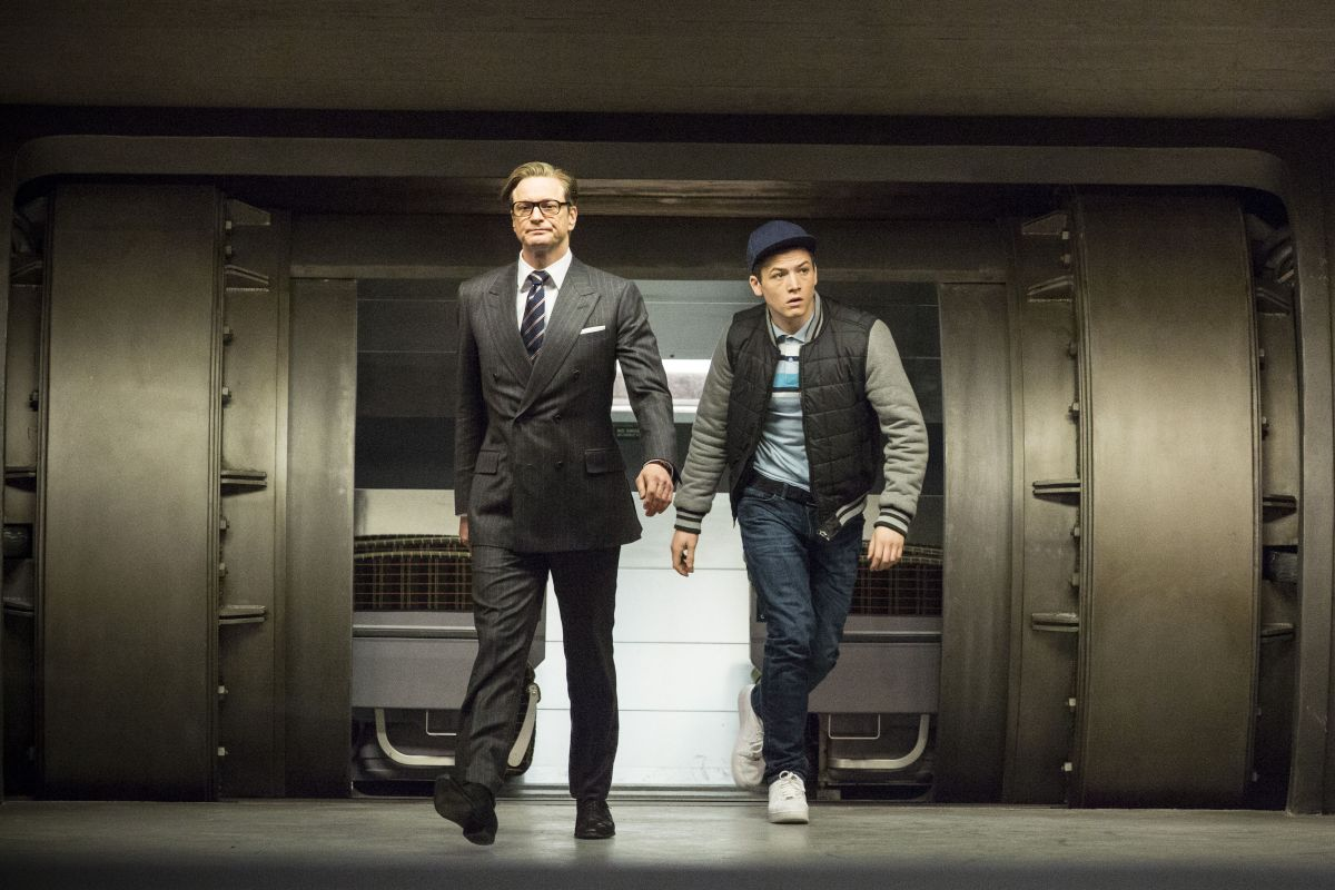 Kingsman: Secret service, Taron Egerton con Colin Firth in una scena