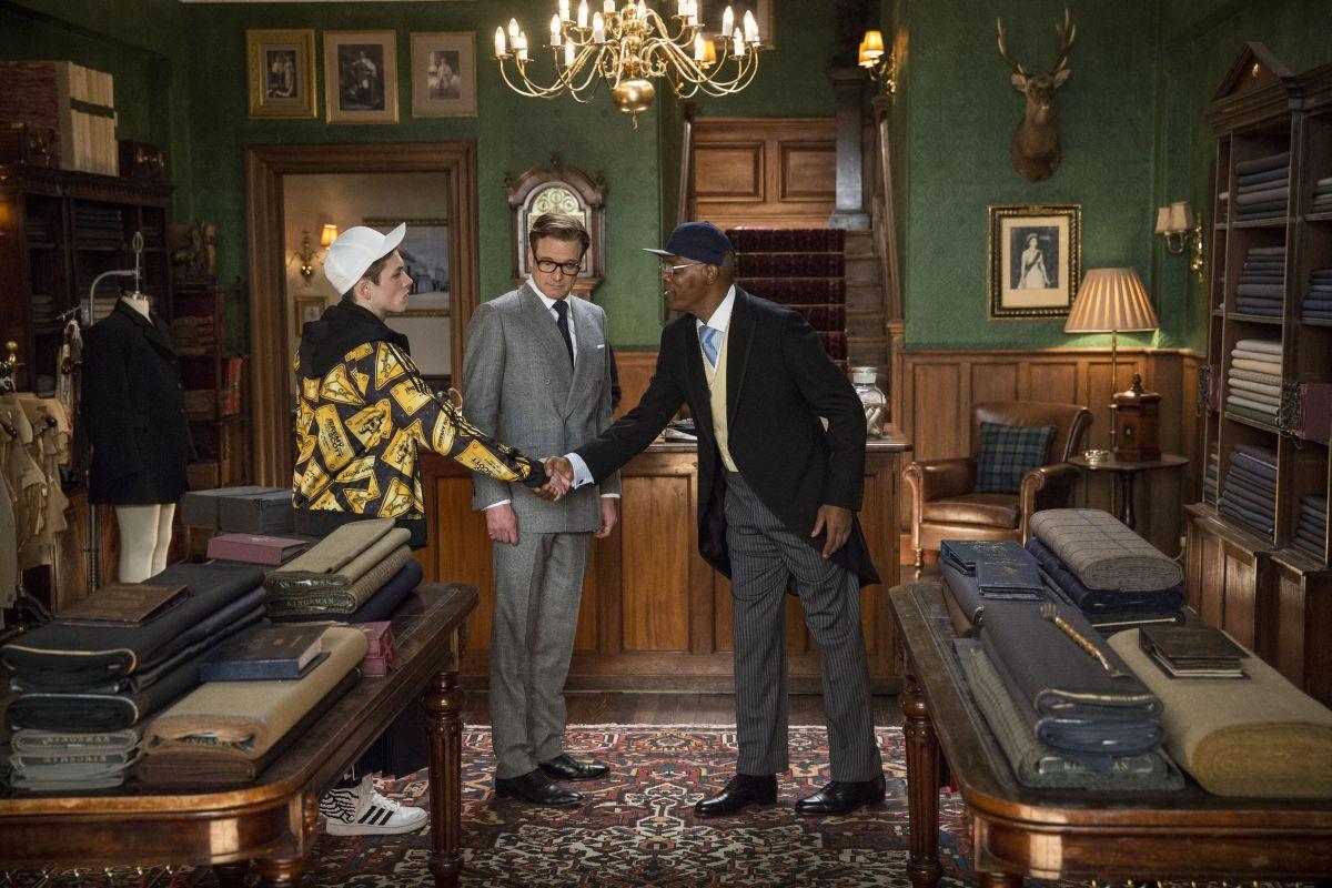 Kingsman: Secret service, Taron Egerton con Samuel L. Jackson e Colin Firth in una scena del film