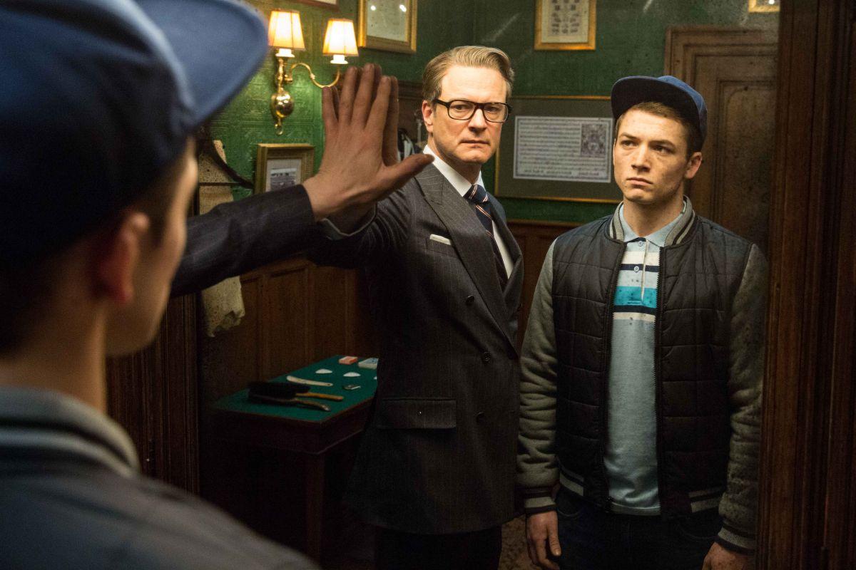 Kingsman: Secret Service, Colin Firth con Taron Egert allo specchio in una scena del film