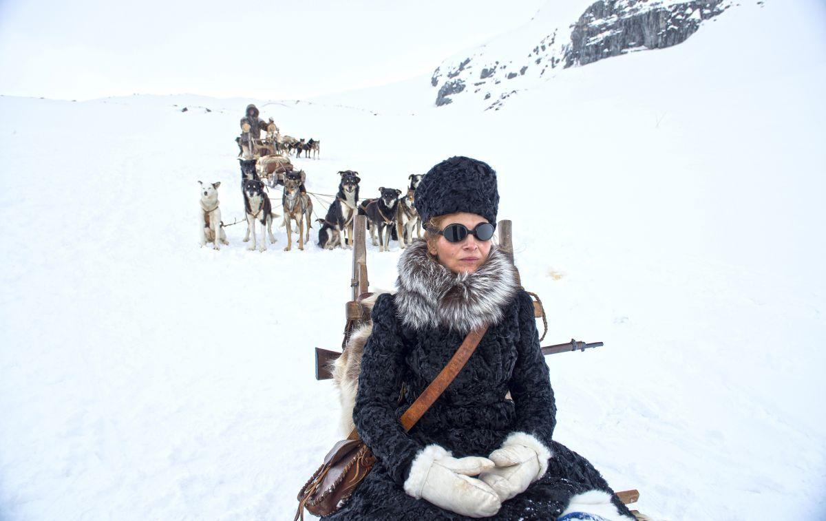Nobody Wants the Night: Juliette Binoche attende nella neve in una scena del film