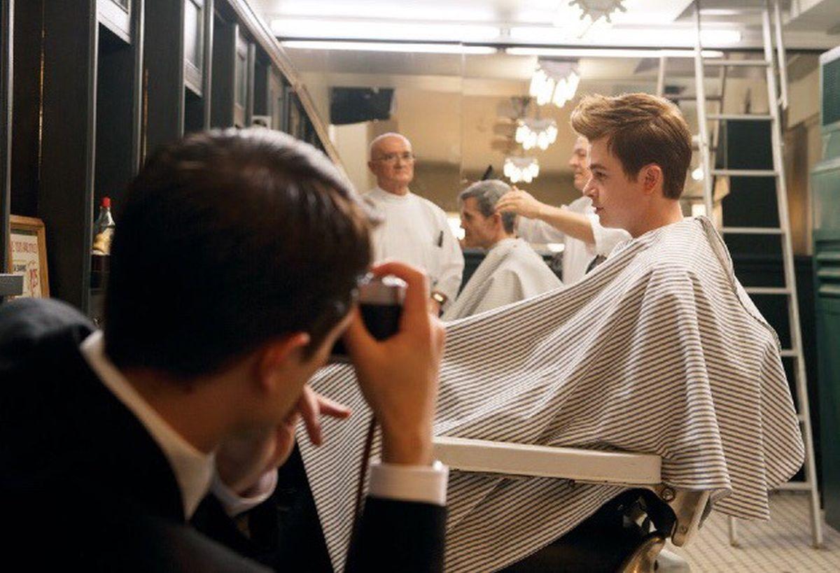 Life: Dane DeHaan fotografato da Robert Pattinson in un'immagine del film