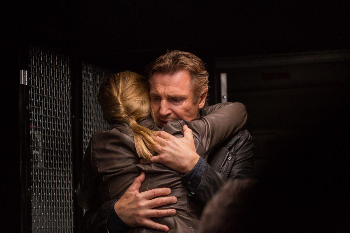 Taken 3 - L'ora della verità: Liam Neeson abbraccia Maggie Grace in una scena del film