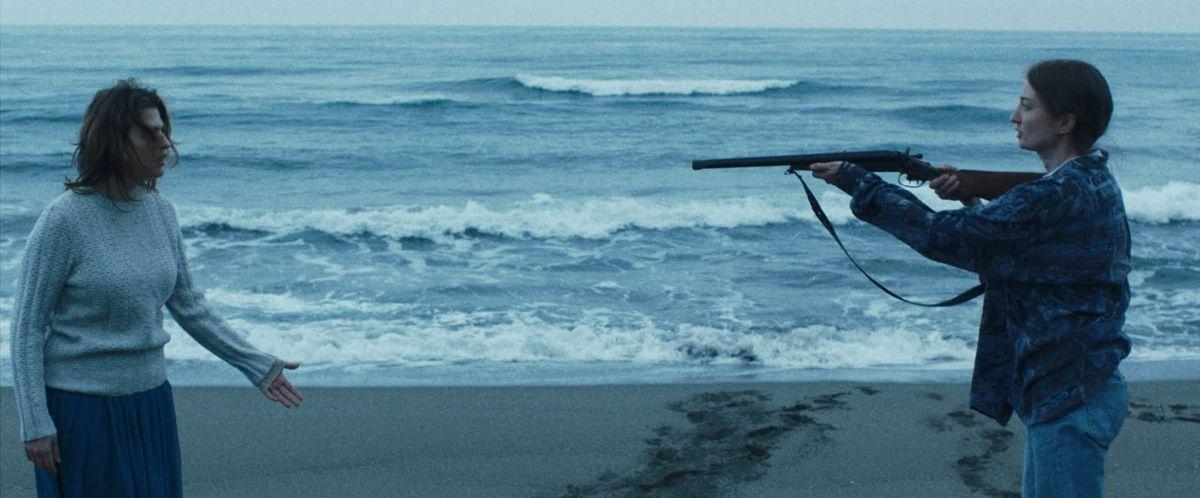 Vergine giurata: Alba Rohrwacher minaccia Flonja Kodheli in una drammatica scena del film