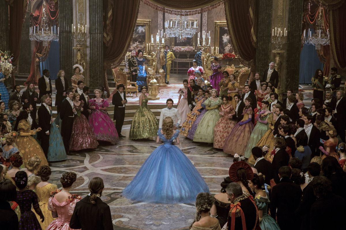 Cenerentola: Lily James e Richard Maddenal ballo in una scena del film