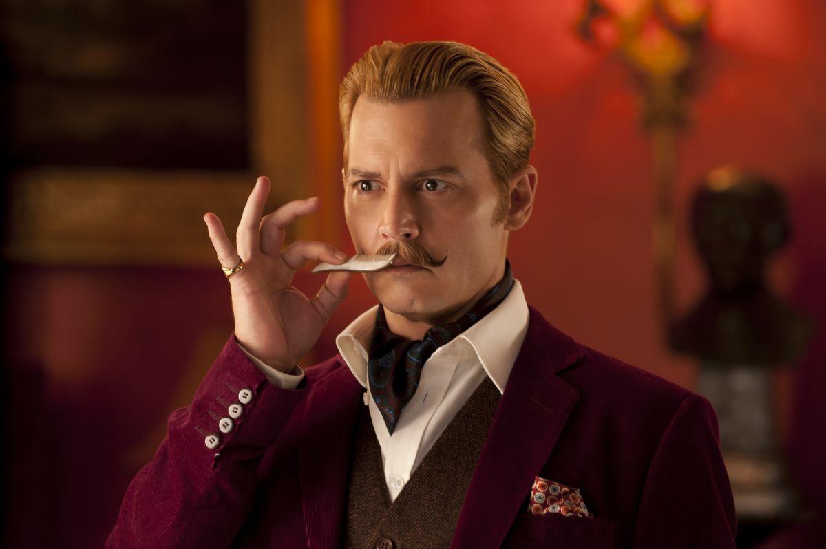 Mortdecai: Johnny Depp si sistema i baffi in una scena del film