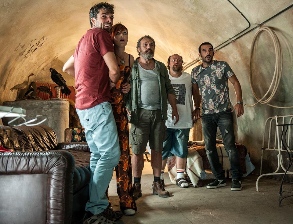 Noi e la Giulia: Edoardo Leo con Claudio Amendola, Luca Argentero, Stefano Fresi e Anna Foglietta in una scena