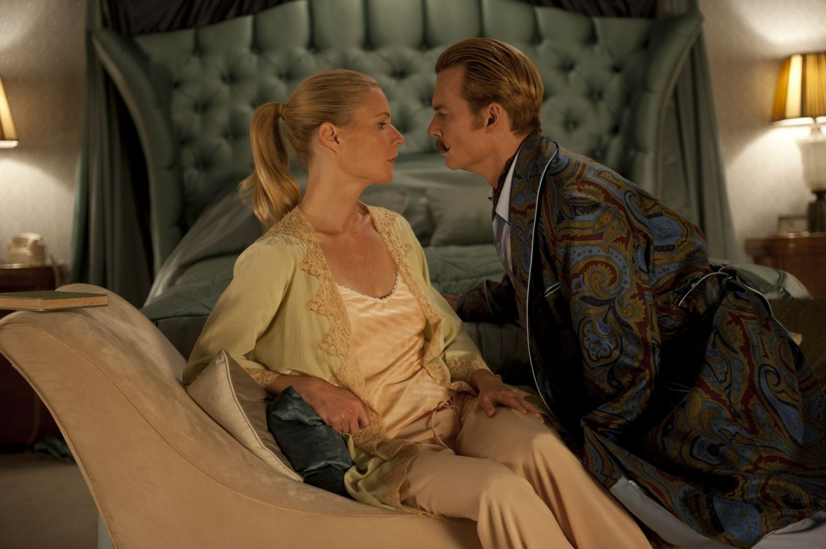 Mortdecai: sguardi languidi tra Johnny Depp e Gwyneth Paltrow in una scena del film