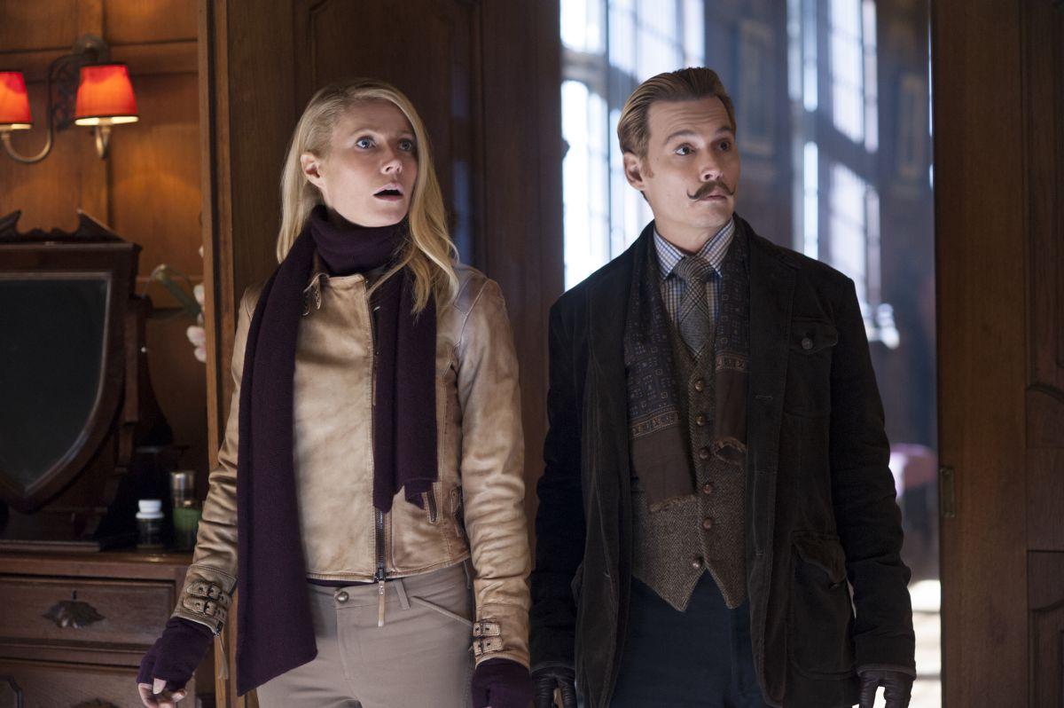Johnny Depp al fianco di Gwyneth Paltrow in una scena di Mortdecai