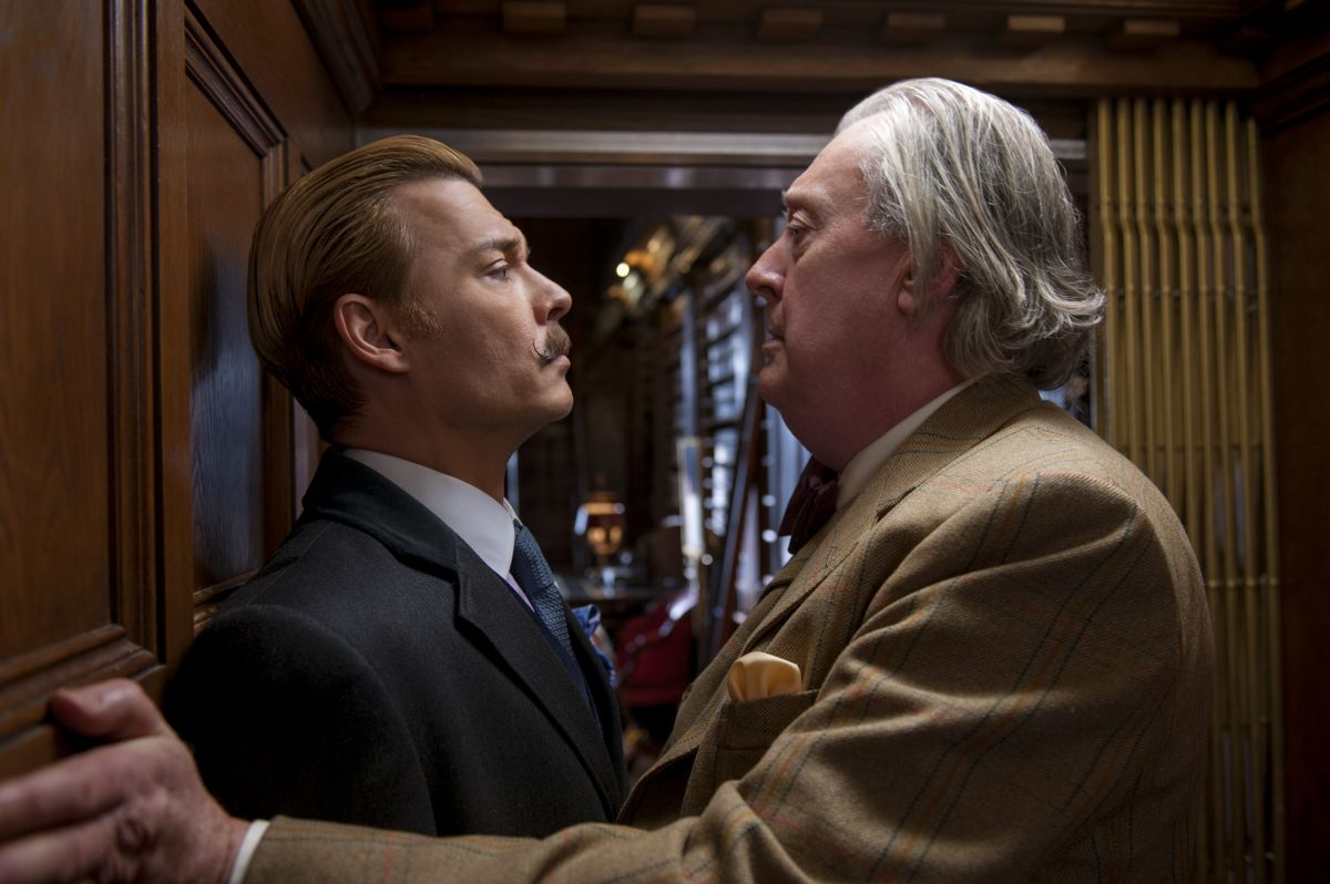 Mortdecai: Johnny Depp con Michael Culkin in una scena del film
