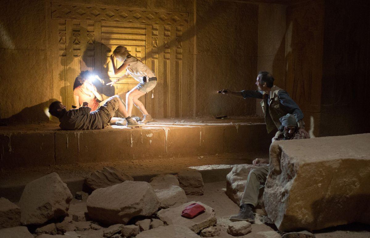 La Piramide: Dennis O'Hare in una drammatica scena all'interno della piramide con Crista Nicola e Ashley Hinshaw