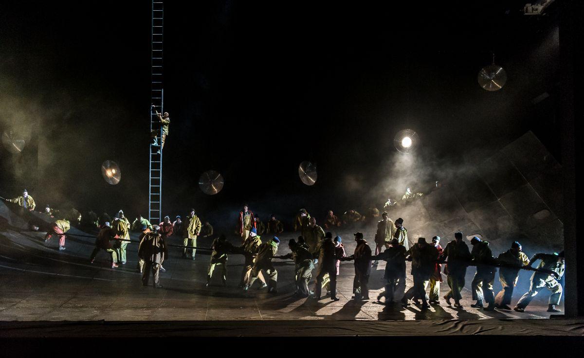 Royal Opera House - L'Olandese Volante: una scena di gruppo dal palcoscenico