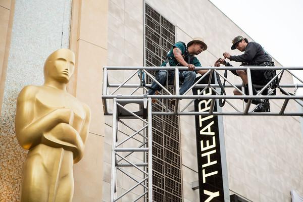 Oscar 2015: due operai al lavoro