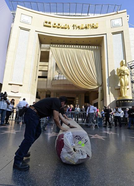 Oscar 2015: operai impegnati alla stesura del red carpet