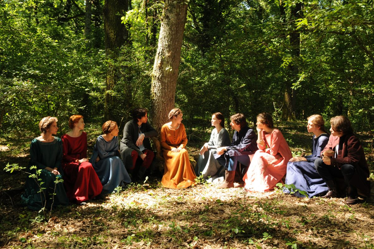 Maraviglioso Boccaccio: i novellatori in gruppo in una scena