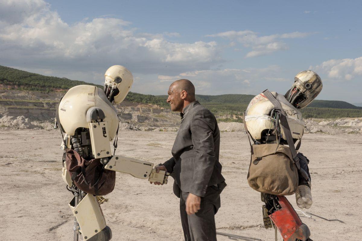 Automata: Antonio Banderas tra i robot in una scena del film di fantascienza