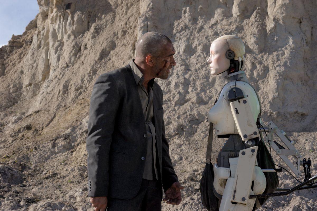 Automata: Antonio Banderas parla con uno dei robot in una scena del film