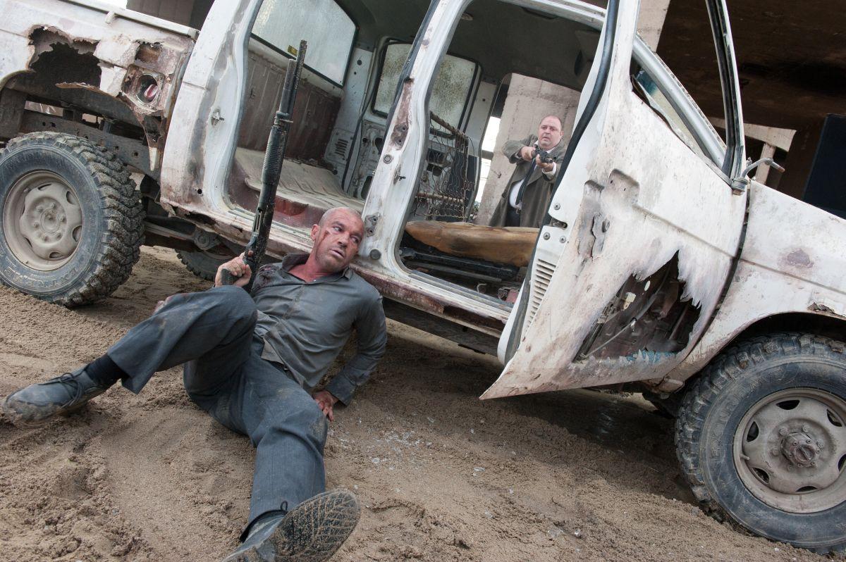 Automata: Antonio Banderas in una scena d'azione del film