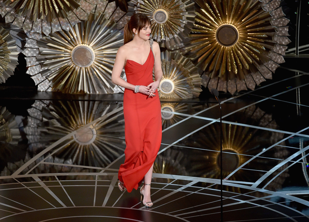 Dakota Johnson sul palco degli Oscar 2015