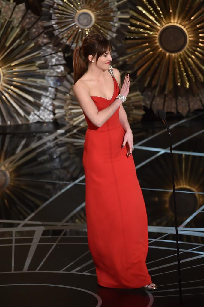Dakota Johnson sul palco degli Academy Awards 2015