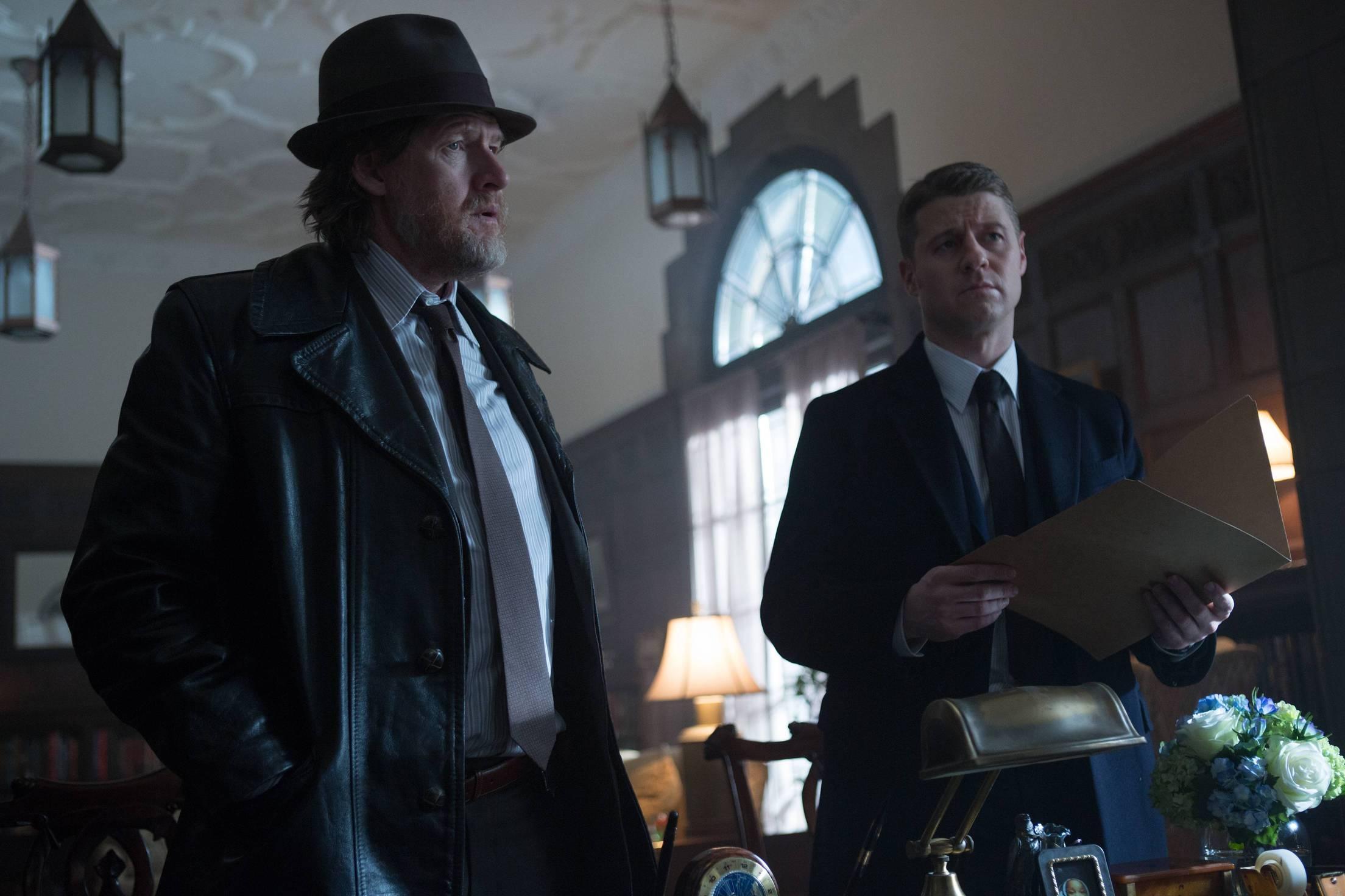 Gotham: Donal Logue e Ben McKenzie nella puntata intitolata The Scarecrow