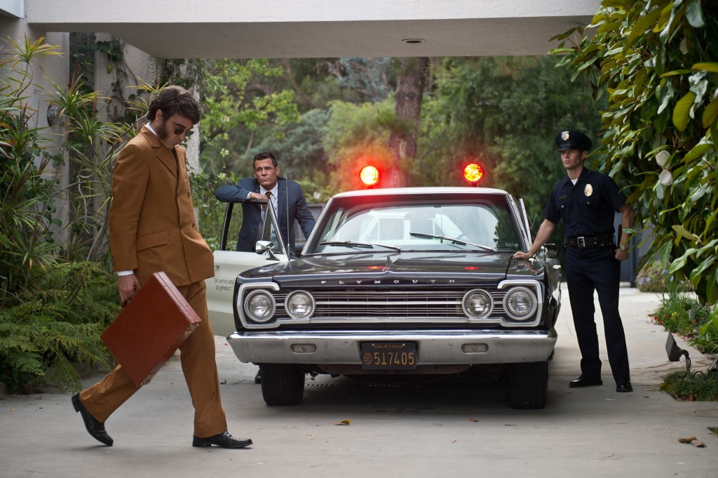 Vizio di forma: Joaquin Phoenix con Josh Brolin in una scena del film