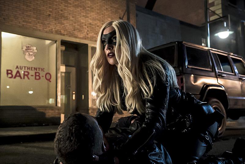 Arrow: l'attrice Katie Cassidy in una sequenza d'azione dell'episodio Uprising