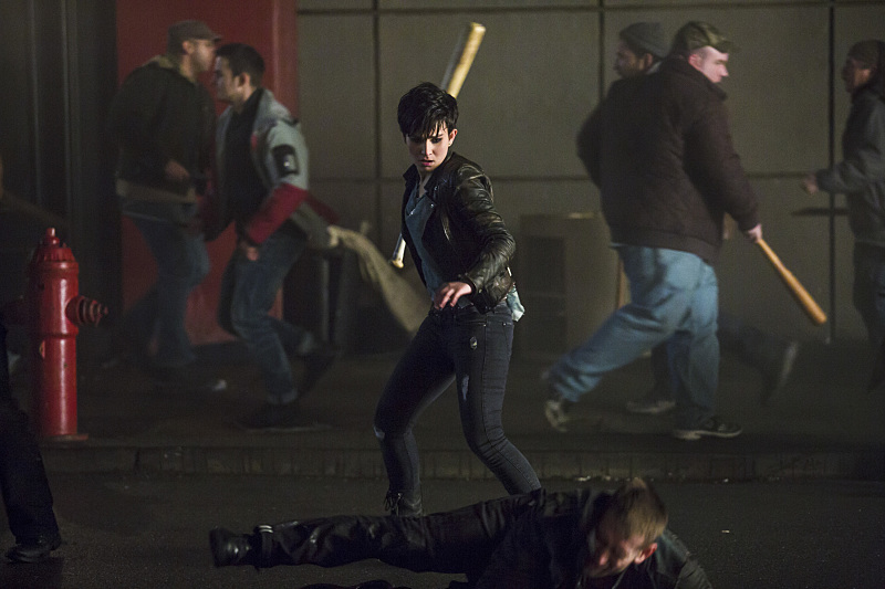 Arrow: Bex Taylor-Klaus è Sin in una scena dell'episodio Uprising
