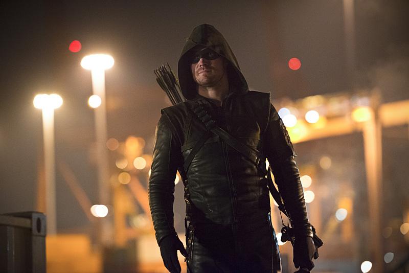 Arrow: Stephen Amell in una scena dell'episodio Canaries
