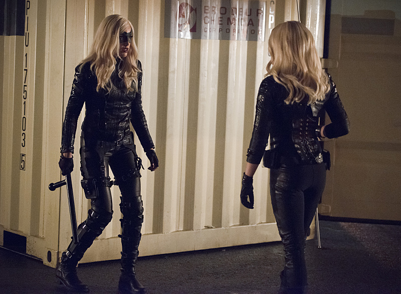 Arrow: le attrici Katie Cassidy e Caity Lotz nell'episodio Canaries