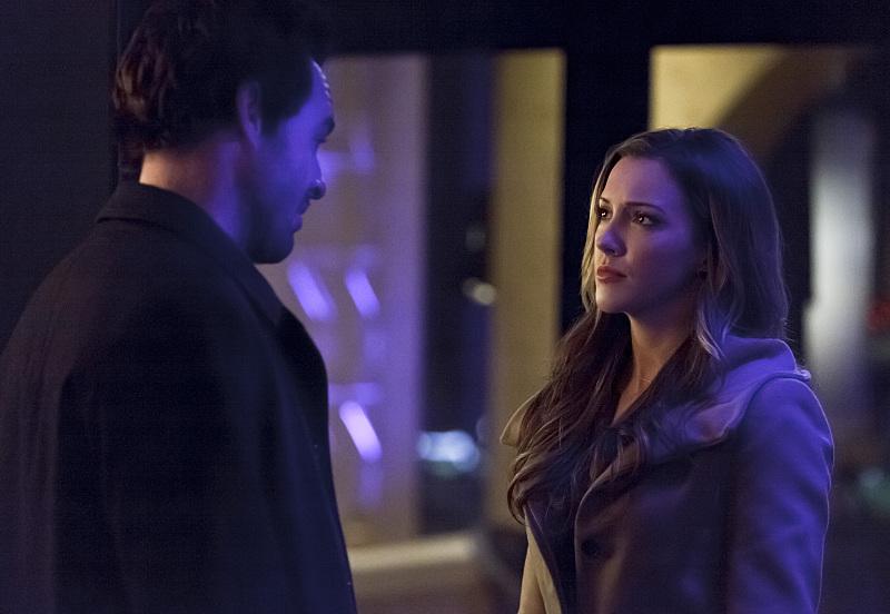 Arrow: Paul Blackthorne e Katie Cassidy in una scena di The Return