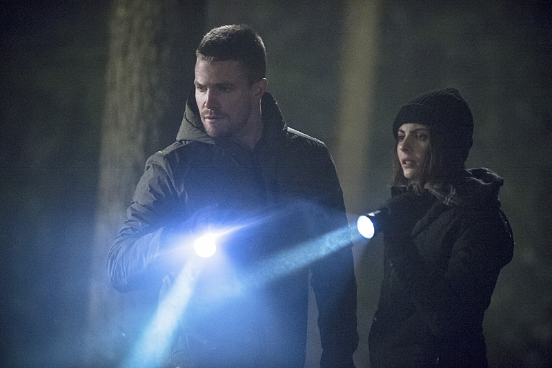 Arrow: Stephen Amell e Willa Holland interpretano Oliver e Thea in The Return