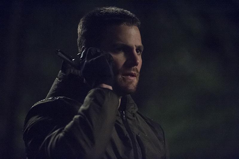 Arrow: Stephen Amell in una sequenza della puntata The Return