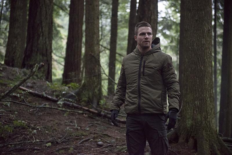 Arrow: Stephen Amell interpreta Oliver Queen nella puntata The Return