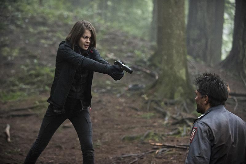 Arrow: Thea (Willa Holland) punta la pistola contro Slade Wilson (Manu Bennett) in The Return