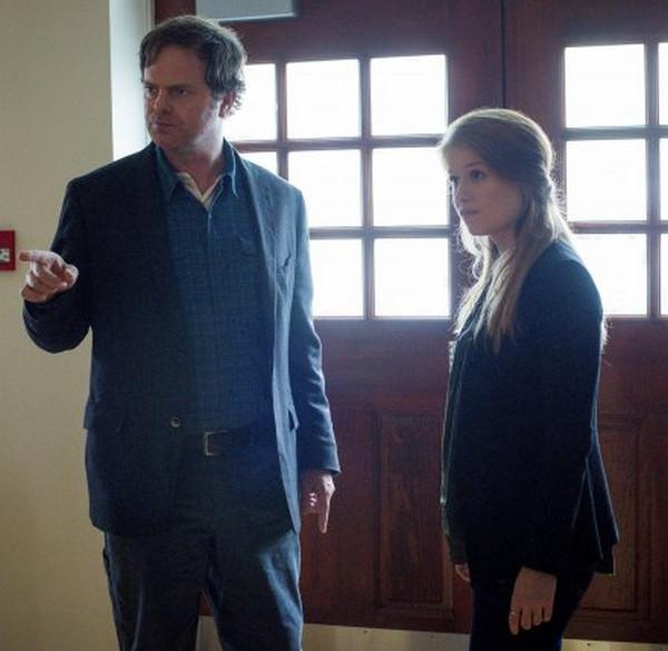 Backstrom: Rainn Wilson e Genevieve Angelson interpretano Everett e Nicole nell'episodio Bogeyman
