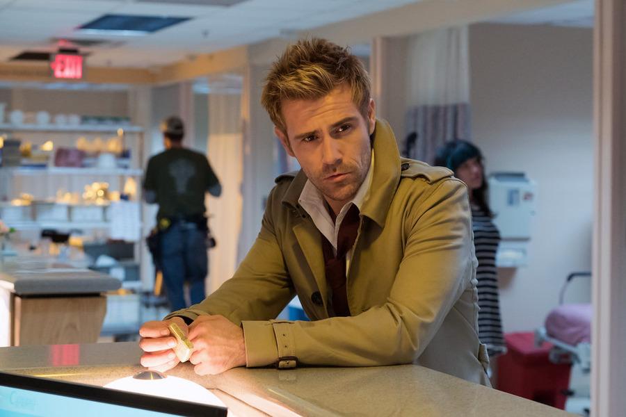 Constantine: il protagonista Matt Ryan nella puntata Angels and Ministers of Grace