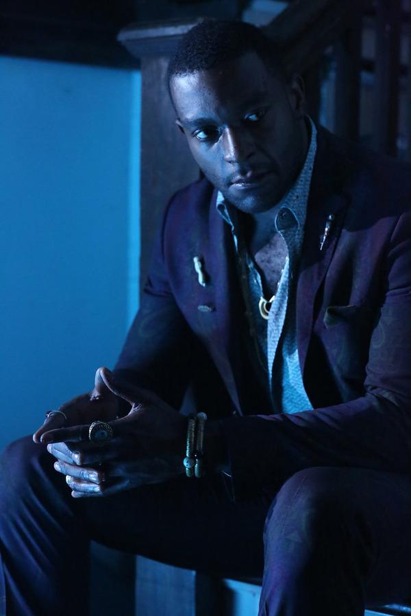 Constantine: Michael James Shaw in una scena del season finale, Waiting for the Man