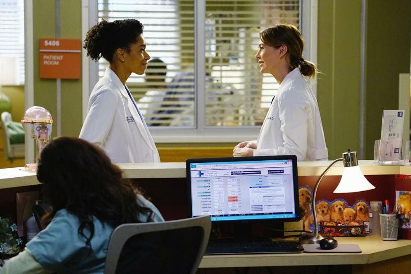 Grey's Anatomy: Kelly McCreary ed Ellen Pompeo in una scena dell'episodio The Great Pretender