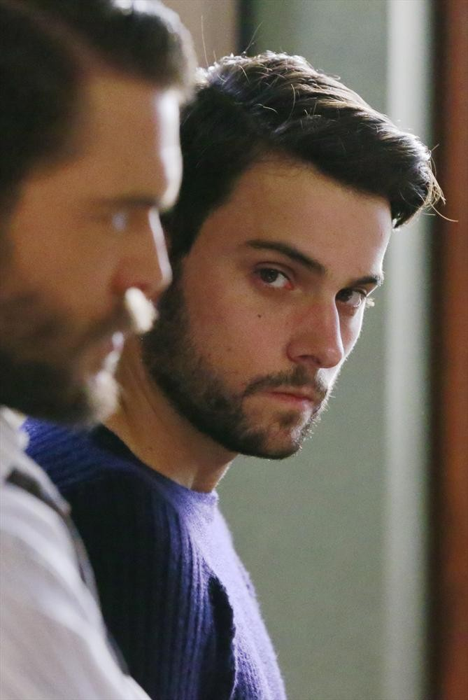 How To Get Away With Murder: un primo piano di Charlie Weber e Jack Falahee in un'immagine di Best Christmas Ever